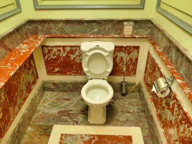 Historische Toilette GUM Moskau Bild 011 669x501 - Historische Toilette im GUM Kaufhaus Moskau