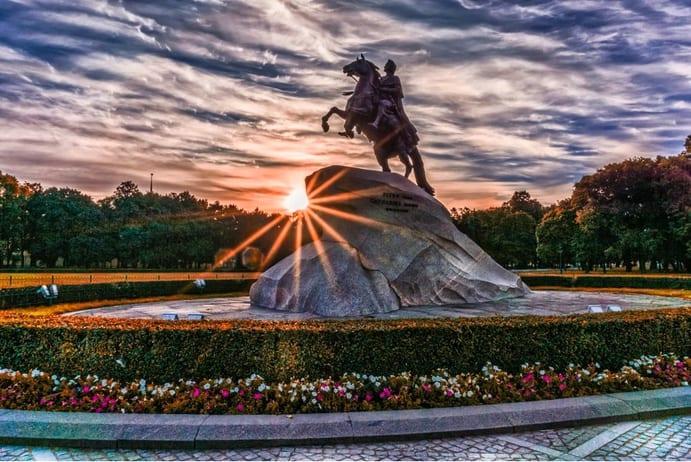 Sankt Petersburg Denkmal - Reisen nach Russland – Visum, Naturspektakel, Highlights